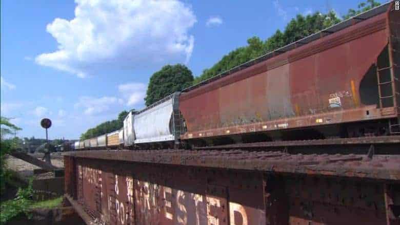 Bebês gêmeos foram achados na linha do trem