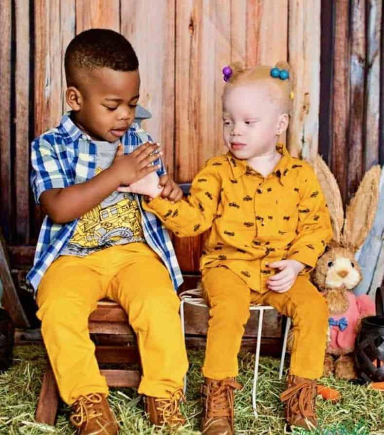 Bebês gêmeos em uma foto atual