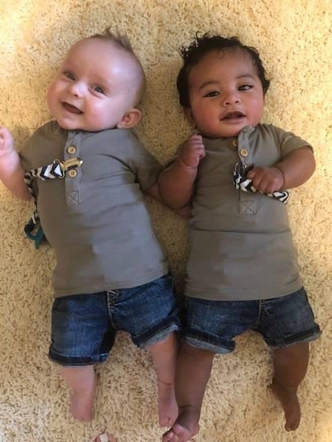 Bebês Jeb e Porter que têm apenas um mês de diferença