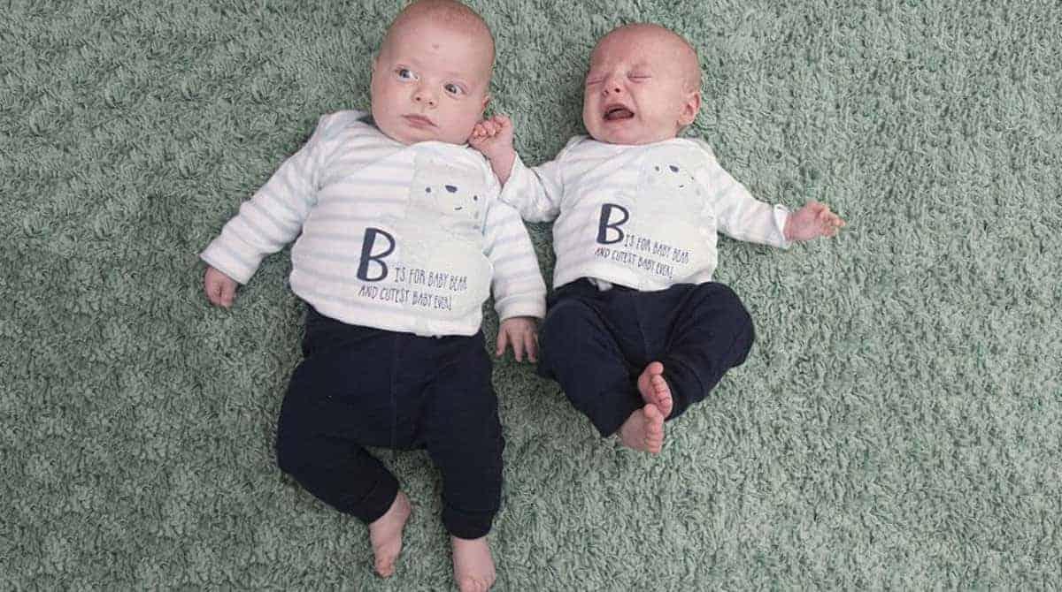 Esses bebês são gêmeos idênticos, pode acreditar