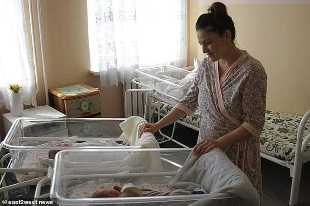 Bebês gêmeos com quase três meses de diferença