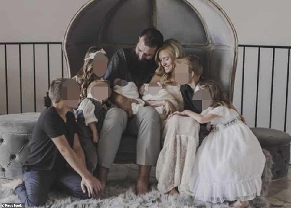 Mãe com seus bebês gêmeos antes do massacre
