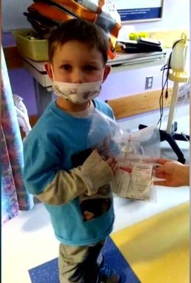 O irmão mais velho com a medula que salvou a vida dos bebês gêmeos