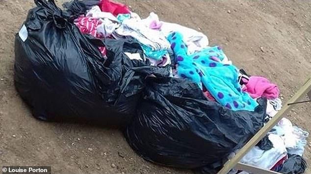 Uma das sacolas de roupas das bebês que mãe tentou vender