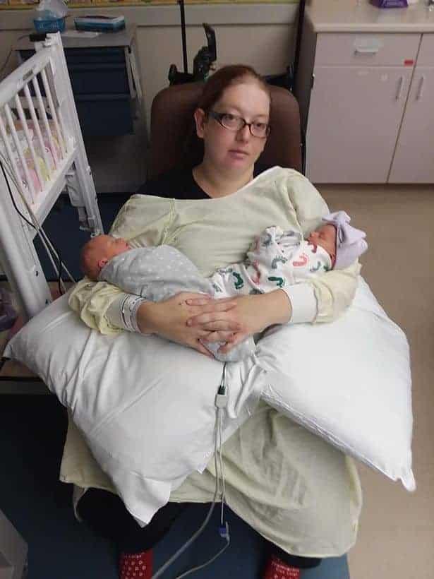 Mãe com dois dos bebês após o parto
