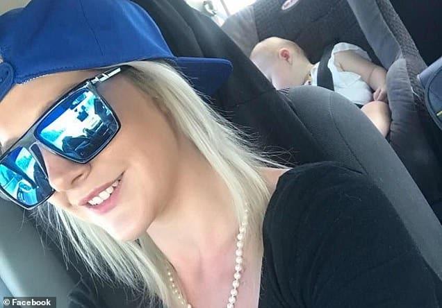 Mãe que esqueceu suas bebês meninas dentro do carro