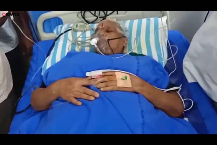 Mulher de 74 anos após ter suas bebês gêmeas