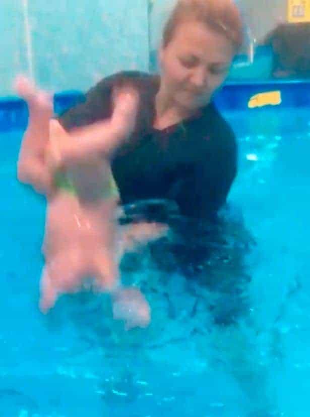 Imagem de aula polêmica de natação para bebês