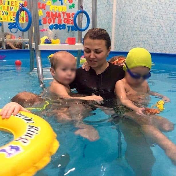 Professora russa e seus alunos de natação para bebês