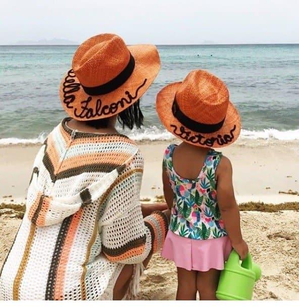 A fofa Vicky com sua mãe Bella Falconi na praia