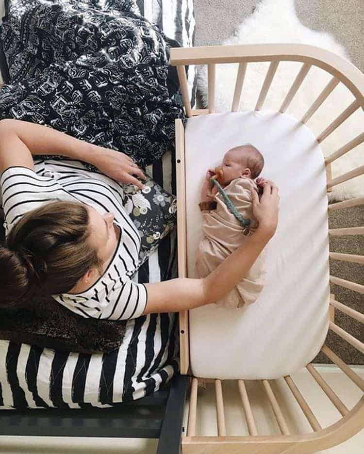 Berço acoplado para os primeiros meses é uma alternativa ao quarto de bebê