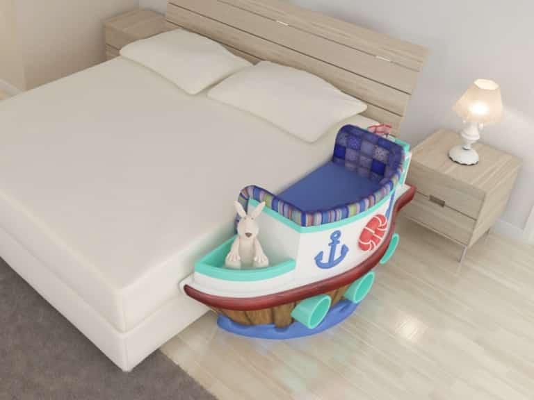 Berço em formato de navio acoplado em cama de casal, fora do quarto de bebê