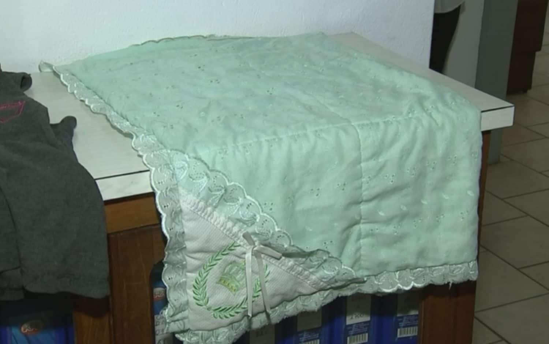 Cobertor em que a bebê foi abandonada