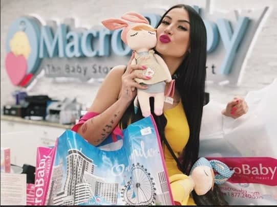 Bianca Andrade fazendo compras em loja de enxoval de bebê.
