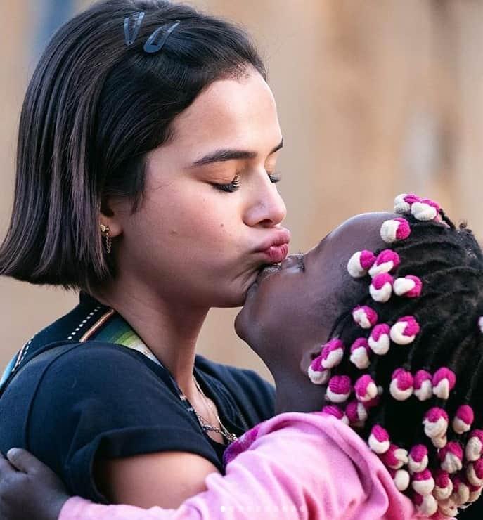 Bruna Marquezine com menina em Angola
