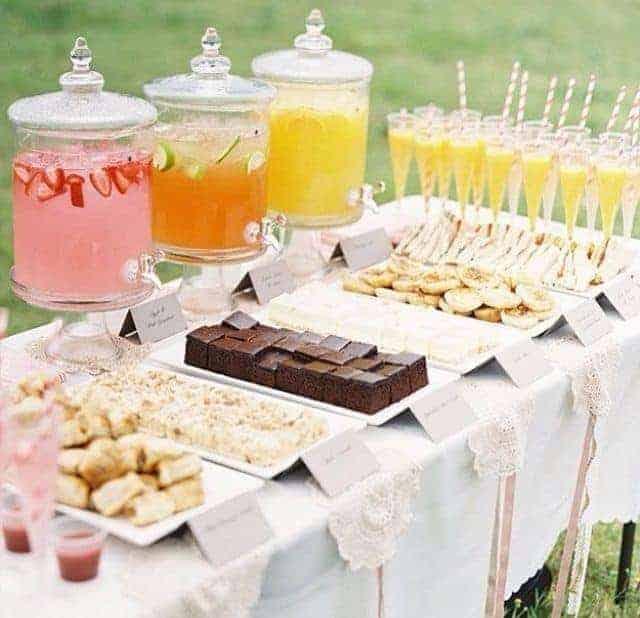 Cardápio com pães, tortas e bolos no chá revelação
