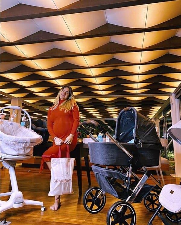 Giovanna Ewbank com enxoval de bebê em foto de Bruno Gagliasso