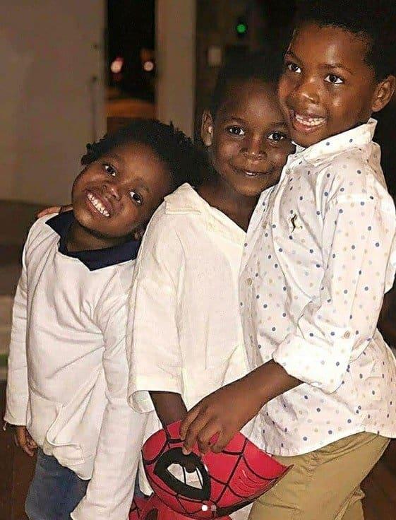 Filho de Bruno Gagliasso e Giovanna Ewbank no centro ao lado de dois amiguinhos