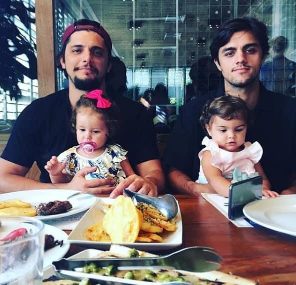Bruno Gissoni com sua filha Madalena e Felipe Simas com sua filha Maria