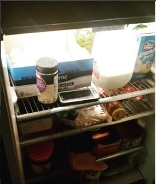 """Fotos engraçadas mostram os efeitos do """"cérebro de grávida"""" - celular na geladeira"""