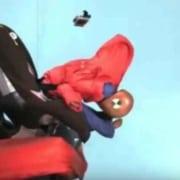 Deixar o bebê com casaco na cadeira para auto é muito perigoso
