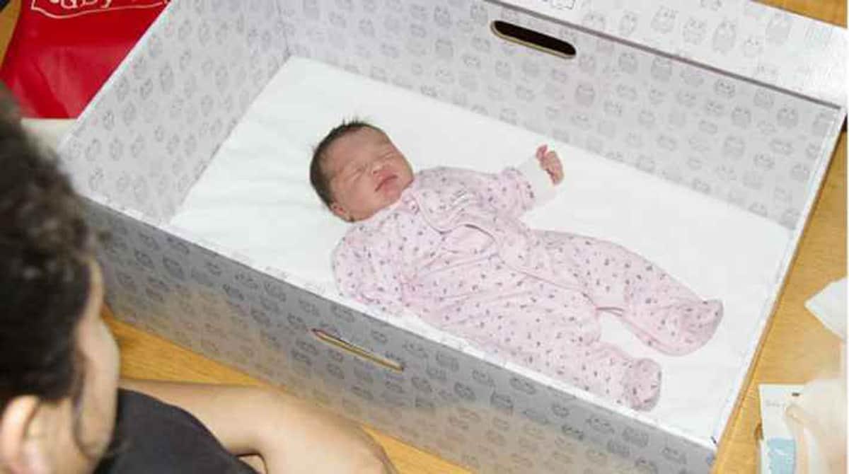 Saiba porque algumas mães estão colocando seus bebês em caixas