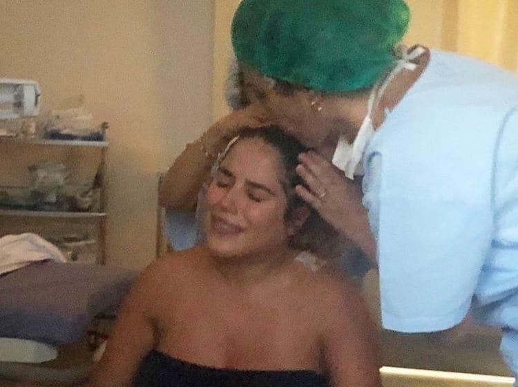 Wanessa com a irmã Camilla Camargo durante trabalho de parto