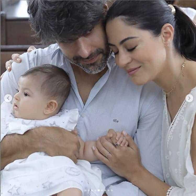 Foto da atriz Carol Castro e o ex-marido no batizado da filha Nina