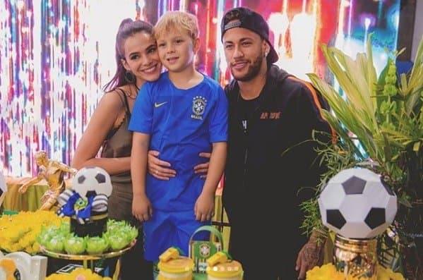 Nessa foto Davi Lucca está acompanhado além de seu pai Neymar também da atriz Bruna Marquezine