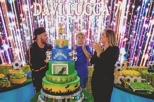 Na hora do parabéns Davi Lucca teve a companhia dos pais, Carol Dantas e Neymar