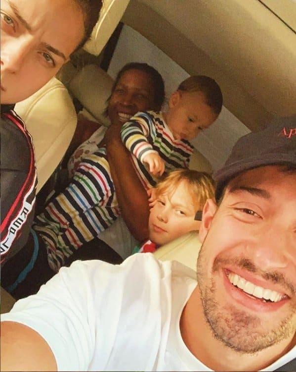 Carol Dantas com seus dois filhos e da babá