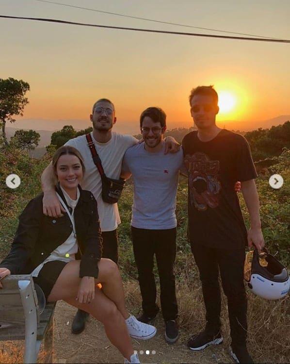 Carol Dantas se diverte com o noivo e amigos