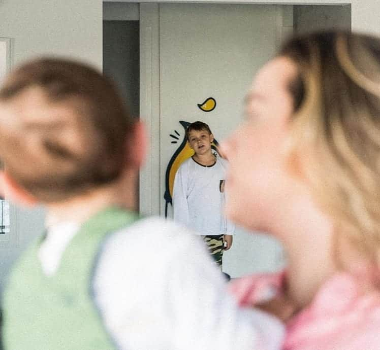 Carol Dantas no apartamento com os dois filhos