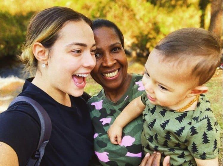 Carol Dantas posando com a babá de seu filho com jogador Neymar