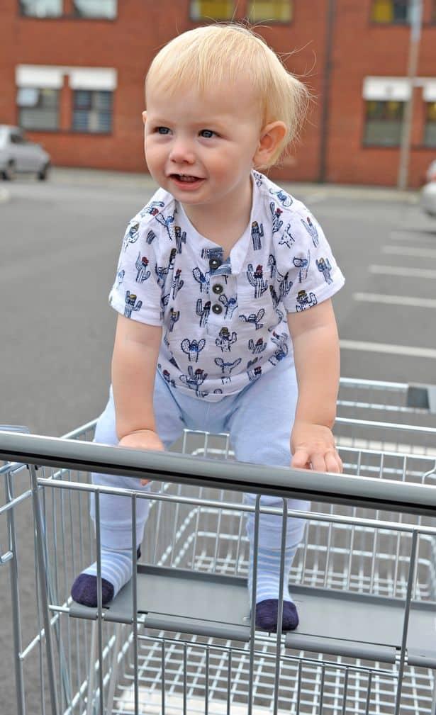 Depois de ver seu bebê assim, uma mãe sugeriu o uso de cintos de segurança nos carrinhos