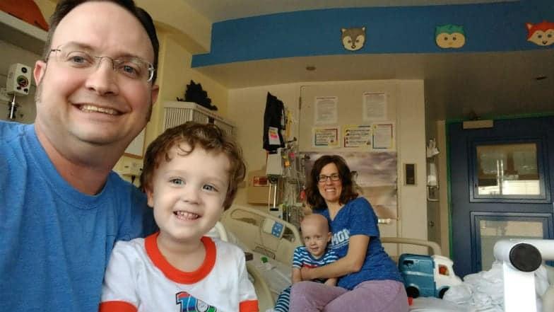Pais e seus gêmeos durante o tratamento dos pequenos