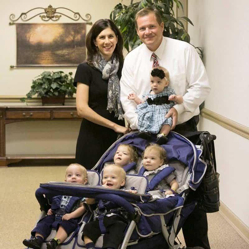 Logo após adotar três recém-nascidos o casal soube que estavam grávidos