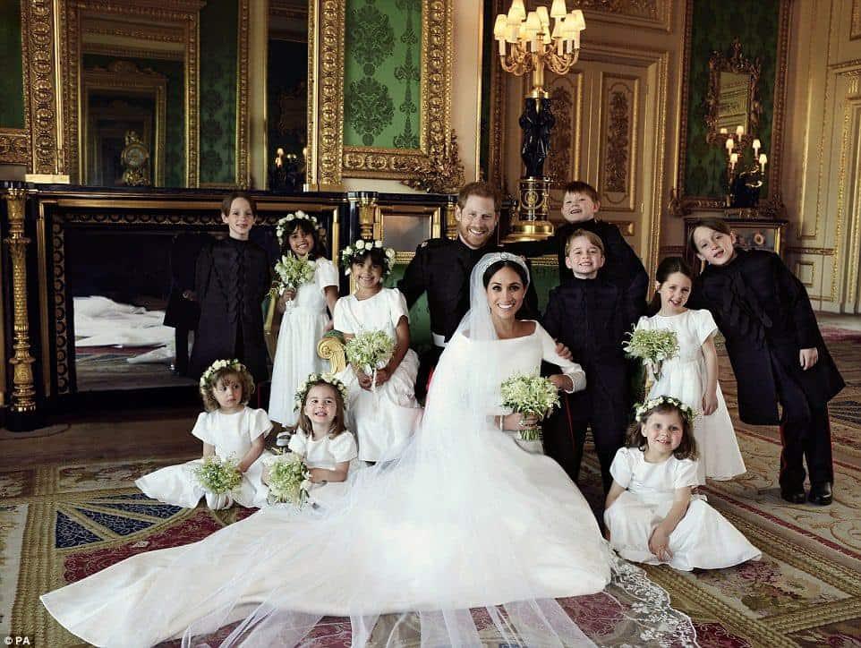 Harry e Meghan com todos os pajens e damas de honra