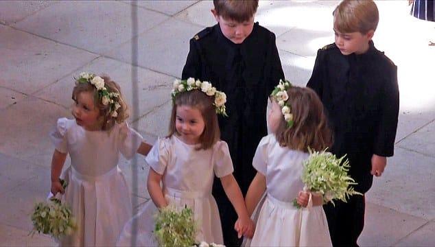 As daminhas e pajens do casamento real, entre eles estão a princesa Charlotte e o príncipe George