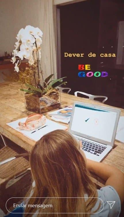 Filha de Cauã Reymond e Grazi Massafera estudando