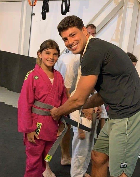 Foto que Grazi Massafera revelou de Cauã Reymond com a filha deles