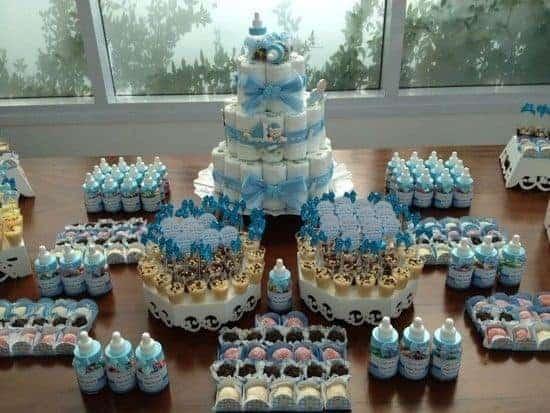 Para chá de fraldas de meninos, a decoração azul combina muito bem