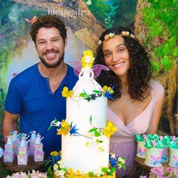 Os pais Débora Nascimento e José Loreto na festa de chá de bebê de sua filha Bella