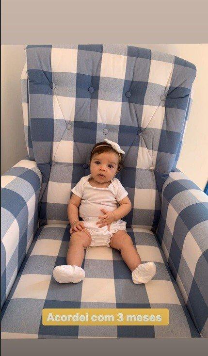 Filha de Laura Neiva e Chay Suede celebrando três meses