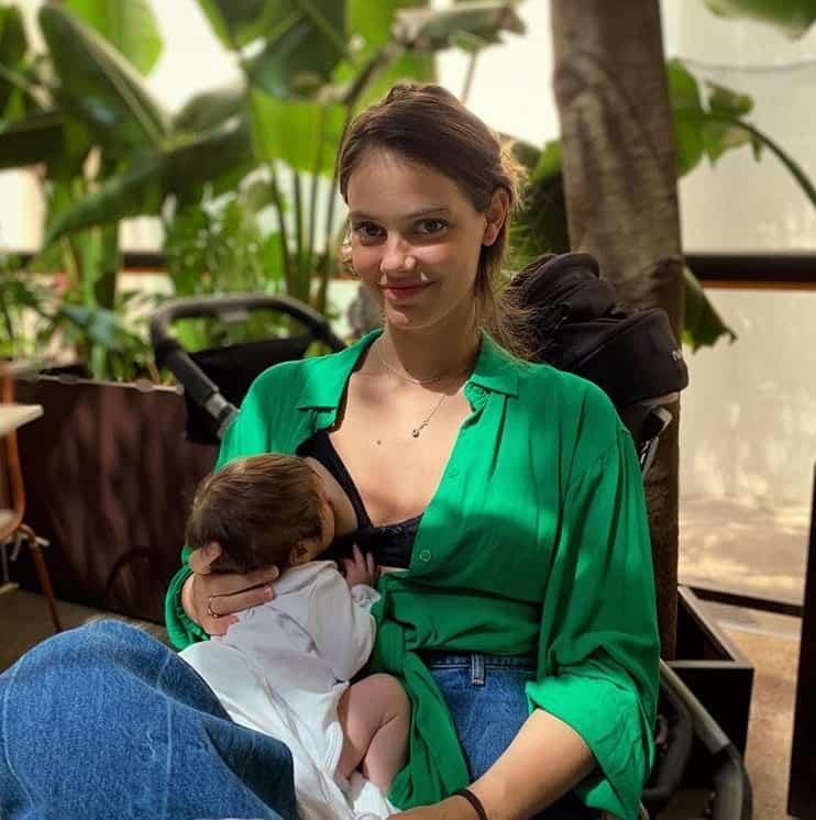 Laura Neiva com sua filha com o ator Chay Suede