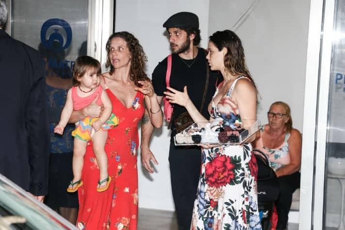 Laura Neiva saindo da maternidade com sua família