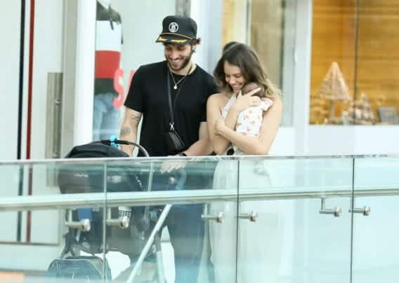Chay Suede e Laura Neiva em passeio com a filha no shopping