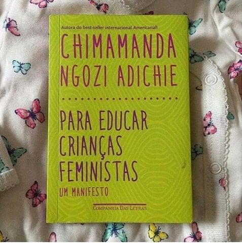 Esse é o livro que a futura mamãe Débora Nascimento está lendo