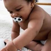 Veja se o bebê deve usar chupeta e mordedores
