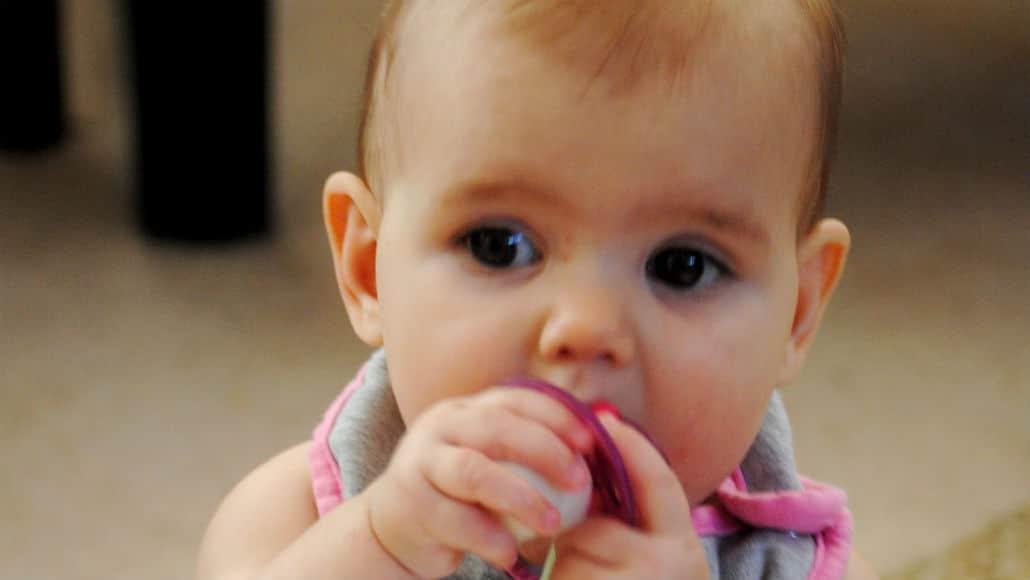 Bebê com a chupeta de leite materno